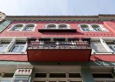 Fachada vieja agradable del edificio Fotos de archivo