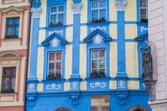 Fachada vieja colorida de los edificios en Praga Foto de archivo