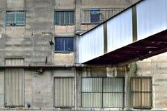 Fachada vieja de la fábrica Fotos de archivo libres de regalías