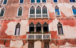 Fachada vieja del edificio en Venecia Imágenes de archivo libres de regalías