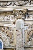 Fachada vieja deteriorada del edificio Foto de archivo