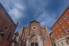 Fachada y entrada delantera de Santa Anastasia Church debajo del cielo azul, en Verona, Italia fotografía de archivo libre de regalías