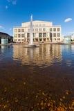 Fachada y fuente del teatro de la ópera en Leipzig Foto de archivo