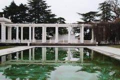Fachada y parque ecológicos de los edificios. Crimea Foto de archivo