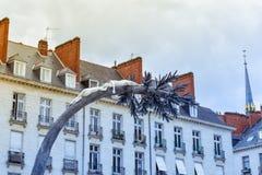 Fachada y tejado de edificios en Nantes fotos de archivo