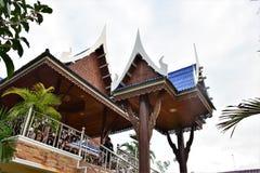Fachada y tejados tailandeses de la casa Imagen de archivo