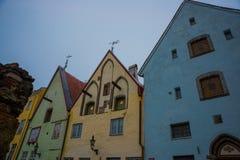Fachadas bonitas de casas coloridas Ruas e capital estônia da arquitetura velha da cidade, Tallinn imagens de stock royalty free