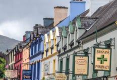 Fachadas coloreadas de las casas en Kenmare Imagen de archivo libre de regalías