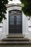 fachadas con las puertas y ventanas u ornamentos en edificios del hola Fotos de archivo