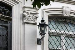 fachadas con las puertas y ventanas u ornamentos en edificios del hola Imagen de archivo