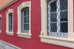 fachadas con las puertas y ventanas u ornamentos en edificios del hola Foto de archivo libre de regalías