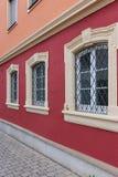 fachadas con las puertas y ventanas u ornamentos en edificios del hola Fotografía de archivo libre de regalías