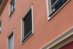 fachadas con las puertas y ventanas u ornamentos en edificios del hola Imagenes de archivo