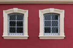 fachadas con las puertas y ventanas u ornamentos en edificios del hola Imágenes de archivo libres de regalías