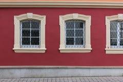 fachadas con las puertas y ventanas u ornamentos en edificios del hola Imagen de archivo libre de regalías