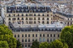 Fachadas da construção de Haussmannian e telhados da mansarda no verão paris france imagens de stock