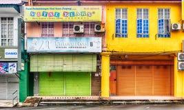 Fachadas das casas coloniais velhas na cidade de Taiping no Mal fotografia de stock