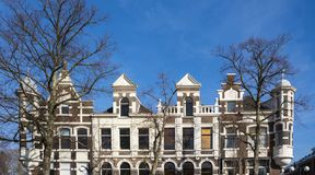 Fachadas das casas na rua Vrieseplein, Dordrecht, os Países Baixos foto de stock