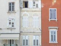 Fachadas de casas croatas velhas em Rovinj, Croácia Imagens de Stock Royalty Free