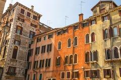 Fachadas de casas en una calle en Venecia fotografía de archivo