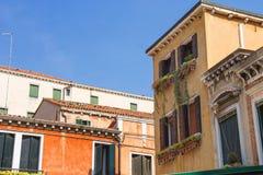 Fachadas de casas en una calle en Venecia imagenes de archivo