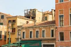 Fachadas de casas en una calle en Venecia imagen de archivo libre de regalías