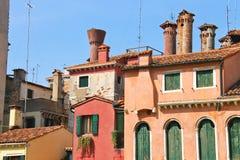 Fachadas de casas en una calle en Venecia, imagen de archivo libre de regalías