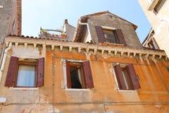 Fachadas de casas en una calle en Venecia, fotos de archivo