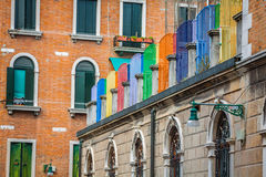 Fachadas de casas en una calle en Venecia, Italia Foto de archivo