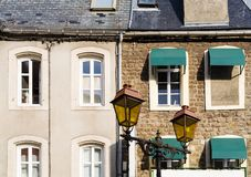 fachadas de casas urbanas na cidade do Boulogne-sur-Mer imagem de stock royalty free