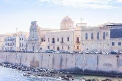 Fachadas de construções velhas na frente marítima da ilha de Ortygia Ortigia, Siracusa, Sicília, Itália, arquitetura tradicional fotografia de stock royalty free