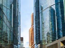 Fachadas de cristal de rascacielos en la ciudad de Moscú fotos de archivo libres de regalías