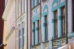 Fachadas de encantamento do art deco em Tallinn, Estônia foto de stock