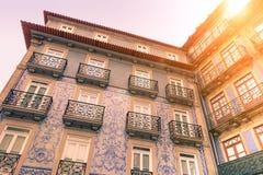Fachadas de las casas de ciudad viejas típicas en Portugal Fotos de archivo