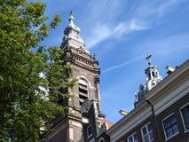 Fachadas e arquitetura das construções em Amsterdão em um dia claro foto de stock