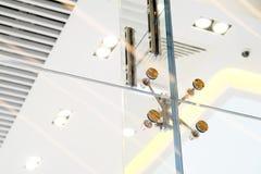 Fachadas e paredes de vidro Prendedores do metal Foco seletivo fotos de stock
