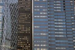 Fachadas en Shinjuku, Tokio del edificio de oficinas imagenes de archivo