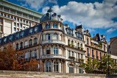 Fachadas francesas típicas de la configuración, París Foto de archivo libre de regalías