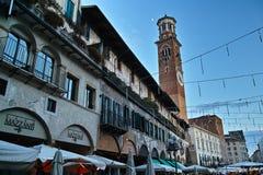 Fachadas históricas de la casa en la ciudad Verona Imagen de archivo libre de regalías