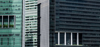 Fachadas múltiplas do arranha-céus com características modernas do balcão fotos de stock royalty free