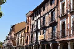 Fachadas maravillosas de las casas que fechan de las Edades Medias en Main Street de Alcala De Henares Historia del viaje de la a Fotografía de archivo