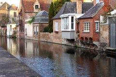 Fachadas medievales del edificio en los canales del río en la ciudad vieja Brujas Brujas, Bélgica Casas del vintage con la puerta Imagen de archivo