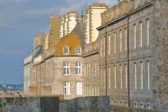 Fachadas tradicionais da casa com chaminés e telhados ao longo da rua de Orleans, interior encontrado a cidade murada de Saint Ma foto de stock royalty free