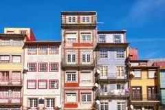 Fachadas tradicionales de la ciudad vieja de Oporto fotos de archivo libres de regalías