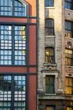 Fachadas viejas ventanas rojas y marrones de Nueva York de la casa del ladrillo Imágenes de archivo libres de regalías