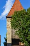 fachadas y tejados de la ciudad del cielo azul imágenes de archivo libres de regalías