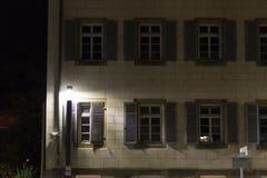fachadas y ventanas históricas con las lámparas y las luces en un octobe Fotos de archivo libres de regalías