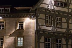 fachadas y ventanas históricas de un restaurante del café con las lámparas a Foto de archivo