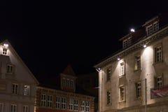 fachadas y ventanas históricas de un restaurante del café con las lámparas a Imagen de archivo