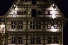 fachadas y ventanas históricas de un restaurante del café con las lámparas a Fotografía de archivo libre de regalías